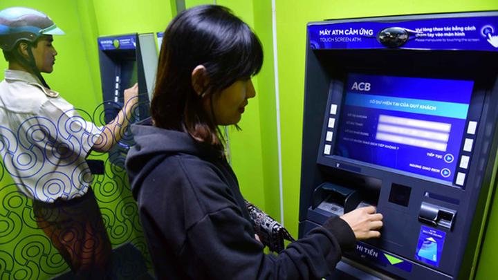 Tra cứu số tài khoản ngân hàng ACB tại cây ATM